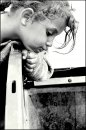 Fotografia: hladujúce rómske dieťa, fotograf: Paulína  Hlúgyiková, tagy: -ph-